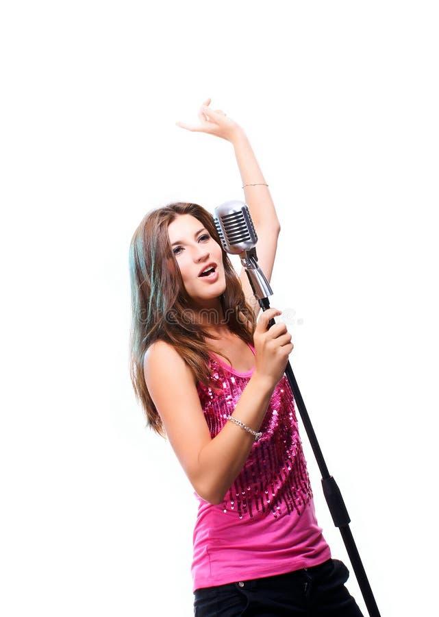 Muchacha hermosa que canta una canción popular foto de archivo libre de regalías