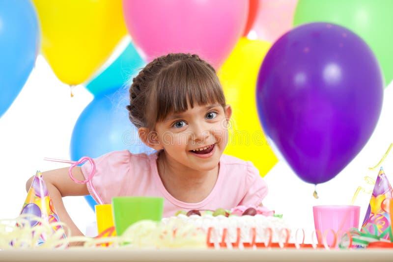 Muchacha hermosa que celebra la fiesta de cumpleaños imagenes de archivo