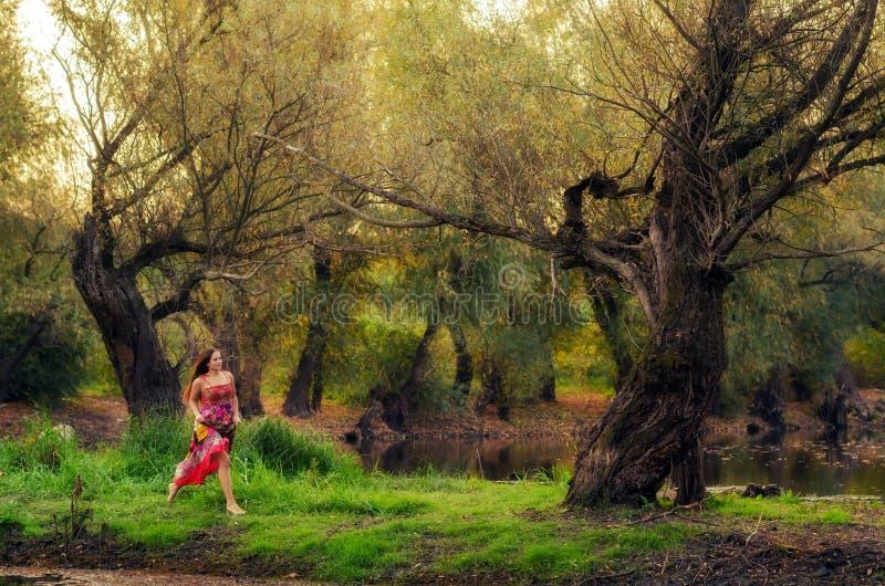 Muchacha hermosa que corre descalzo en el bosque de la primavera imagen de archivo libre de regalías
