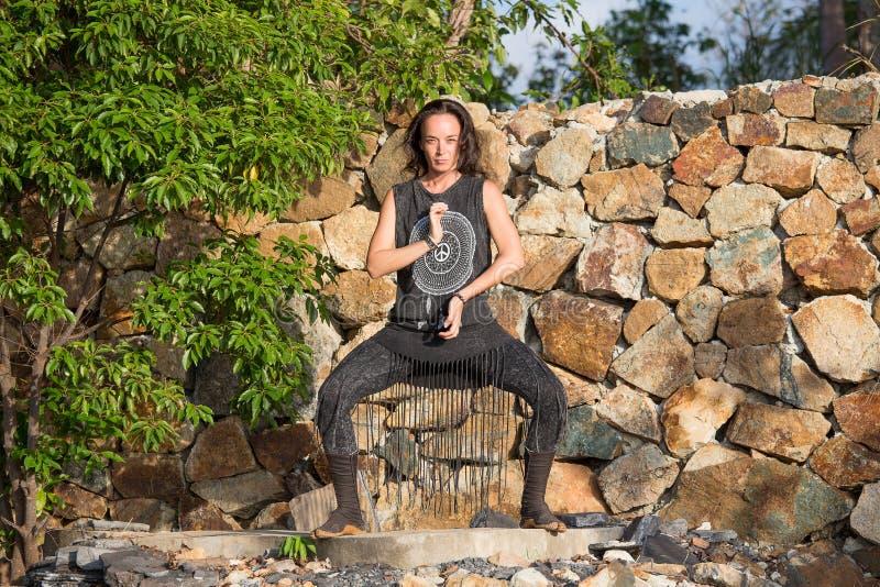 Muchacha hermosa que hace danza shamanic en naturaleza imágenes de archivo libres de regalías