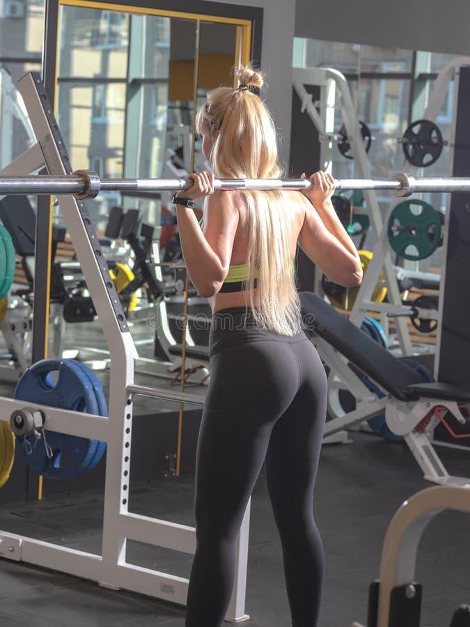 Muchacha hermosa que hace ejercicios en el gimnasio fotos de archivo libres de regalías
