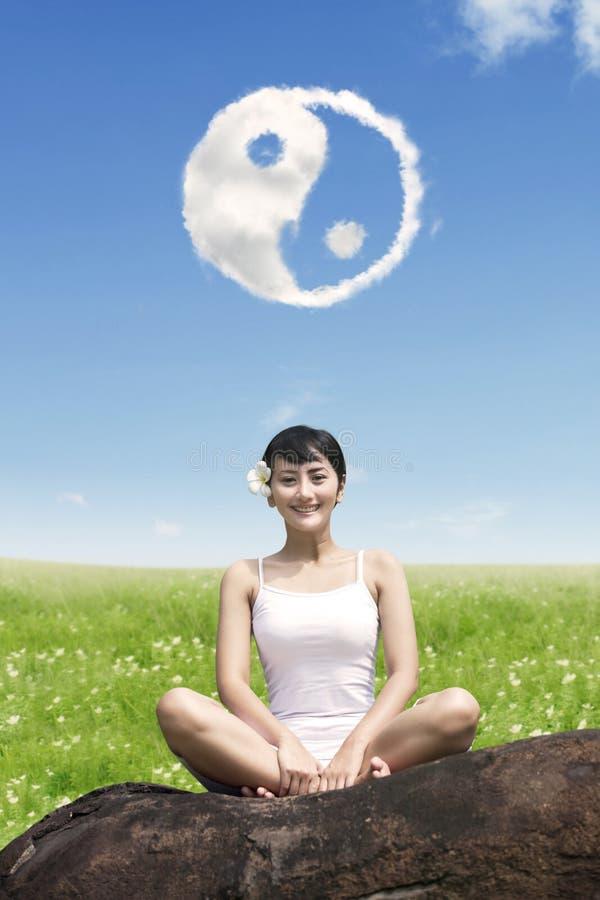 Muchacha hermosa que hace entrenamiento de la yoga imagenes de archivo