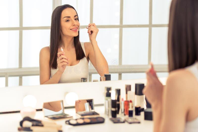 Muchacha hermosa que hace maquillaje imagenes de archivo