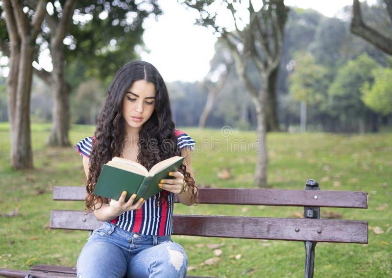 Muchacha hermosa que lee un libro imagen de archivo libre de regalías