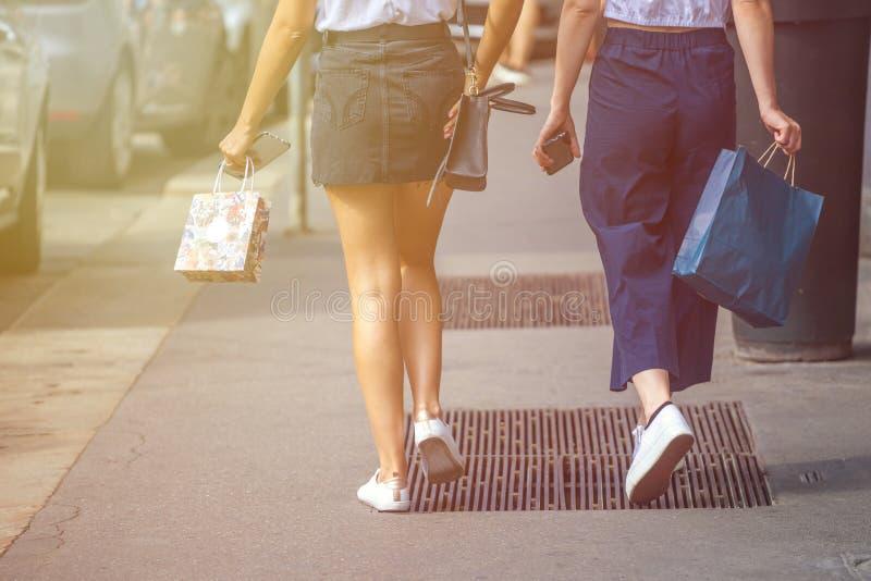 Muchacha hermosa que lleva el mini vestido negro y que camina en Milán CIT imagen de archivo libre de regalías