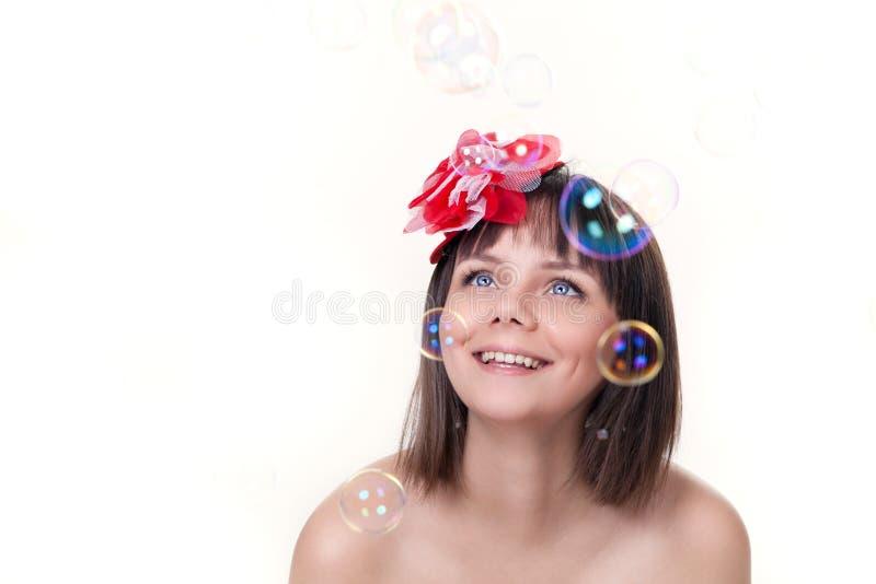 Muchacha hermosa que mira burbujas foto de archivo libre de regalías