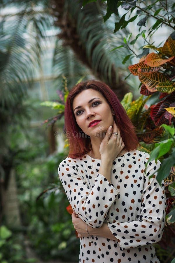 Muchacha hermosa que presenta en primer tropical del bosque de la mujer joven sensual que lleva en vestido fotos de archivo