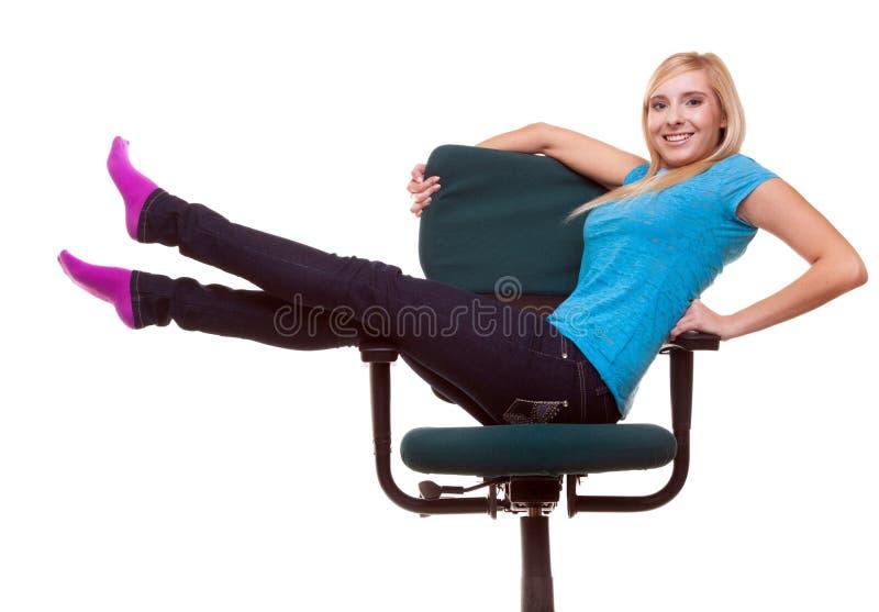 Muchacha hermosa que se relaja en la silla de rueda fotografía de archivo libre de regalías