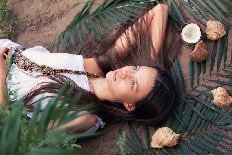 Muchacha hermosa que se relaja en las zonas tropicales imagen de archivo libre de regalías
