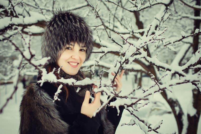 Muchacha hermosa que sonríe en bosque del invierno foto de archivo libre de regalías
