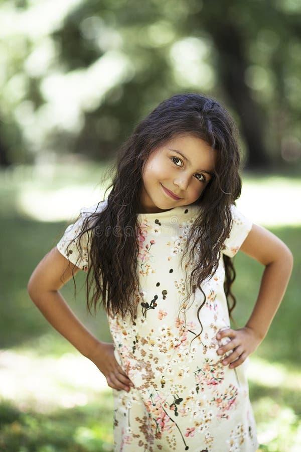 Muchacha hermosa que sonríe en el parque foto de archivo