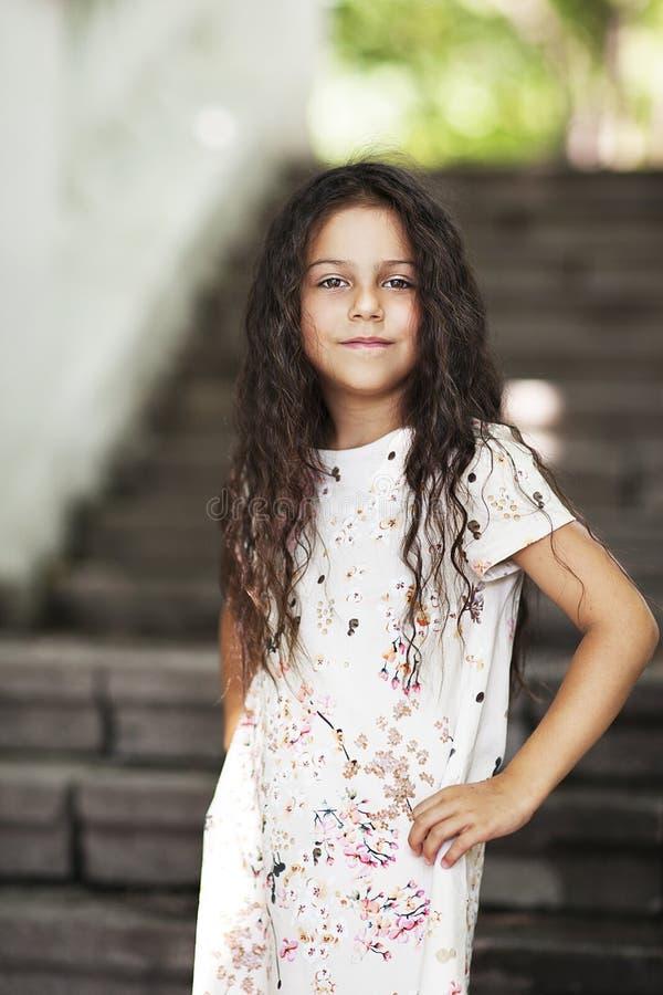 Muchacha hermosa que sonríe en el parque fotos de archivo libres de regalías