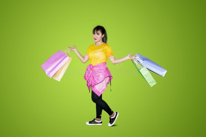 Muchacha hermosa que sostiene bolsos de compras imagen de archivo