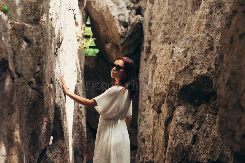 muchacha hermosa que toca los acantilados en Ang Thong National Park Ko fotos de archivo