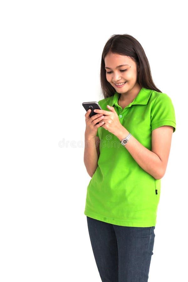 Muchacha hermosa que usa el teléfono elegante en el fondo blanco imagen de archivo libre de regalías