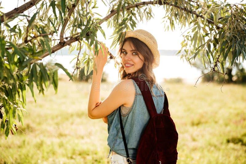 Muchacha hermosa que viaja en el bosque fotografía de archivo