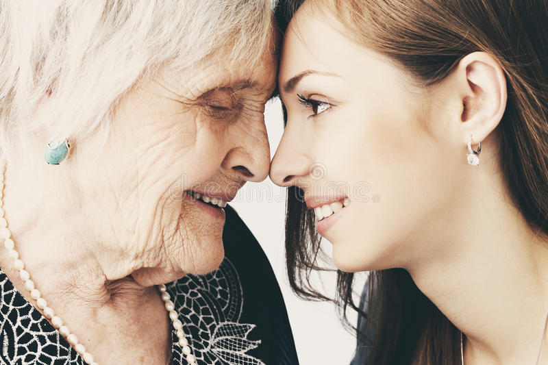 Muchacha hermosa y su abuela fotos de archivo