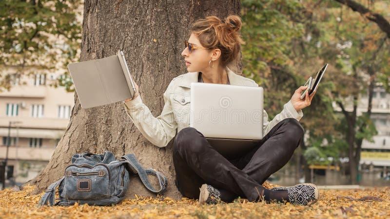 Muchacha histérica con demasiadas pantallas, mobils, tabletas y lapto fotografía de archivo