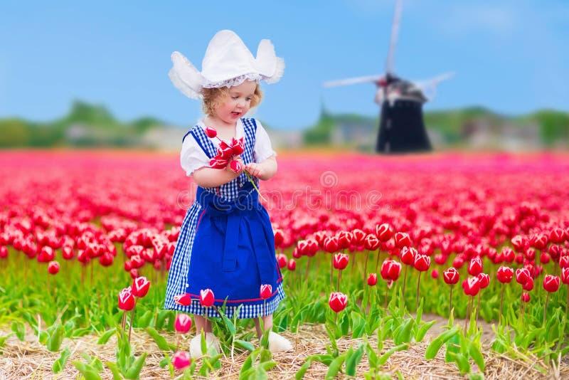 Muchacha holandesa en campo del tulipán en Holanda