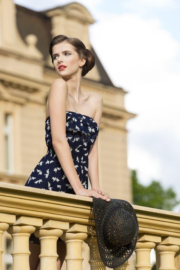 Muchacha imponente en tiro al aire libre de la moda foto de archivo