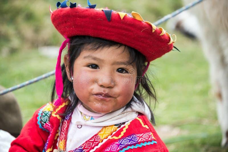 Muchacha Incan joven cerca de Cuzco, Perú fotografía de archivo libre de regalías