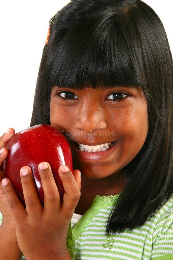 Muchacha india hermosa con Apple imagen de archivo