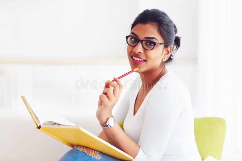 Muchacha india joven hermosa, estudiante con el libro, estudiando fotografía de archivo libre de regalías