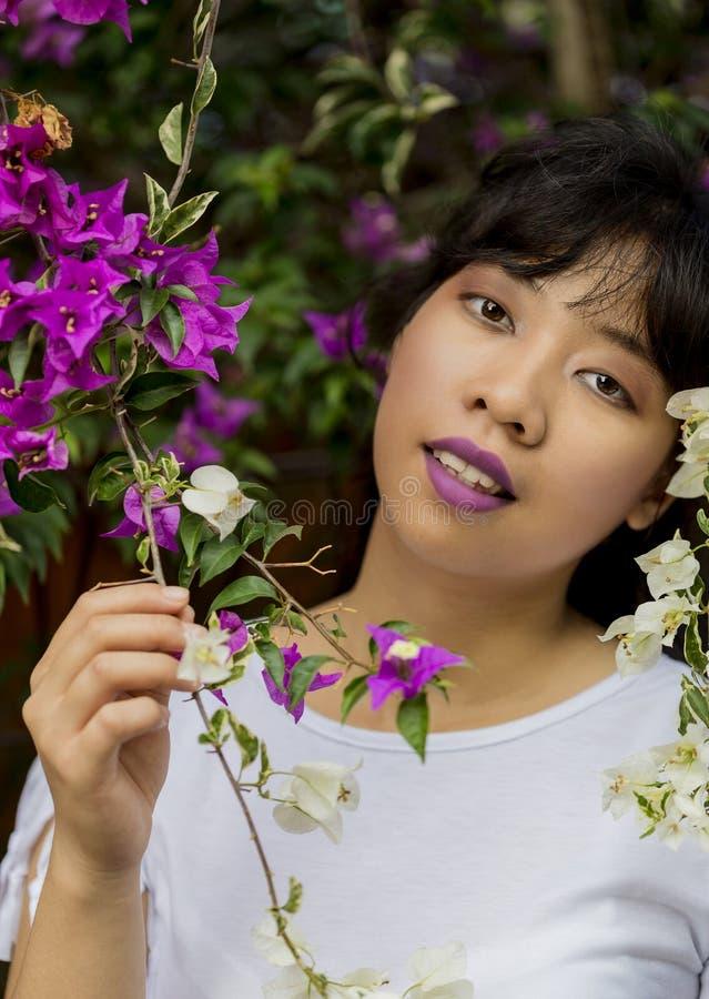 Muchacha indonesia con las flores fotografía de archivo libre de regalías