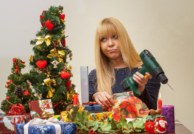 Muchacha infeliz sobre el regalo incorrecto de la Navidad imagenes de archivo