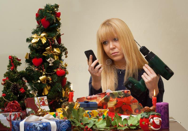 Muchacha infeliz sobre el regalo incorrecto de la Navidad imágenes de archivo libres de regalías