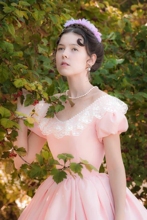 Muchacha inocente romántica en un vestido de noche en el jardín foto de archivo