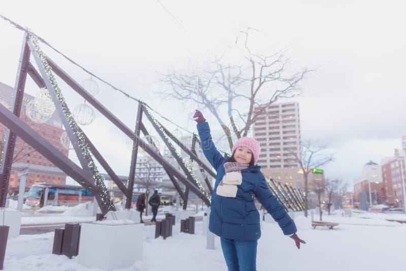 Muchacha japonesa en invierno imagenes de archivo