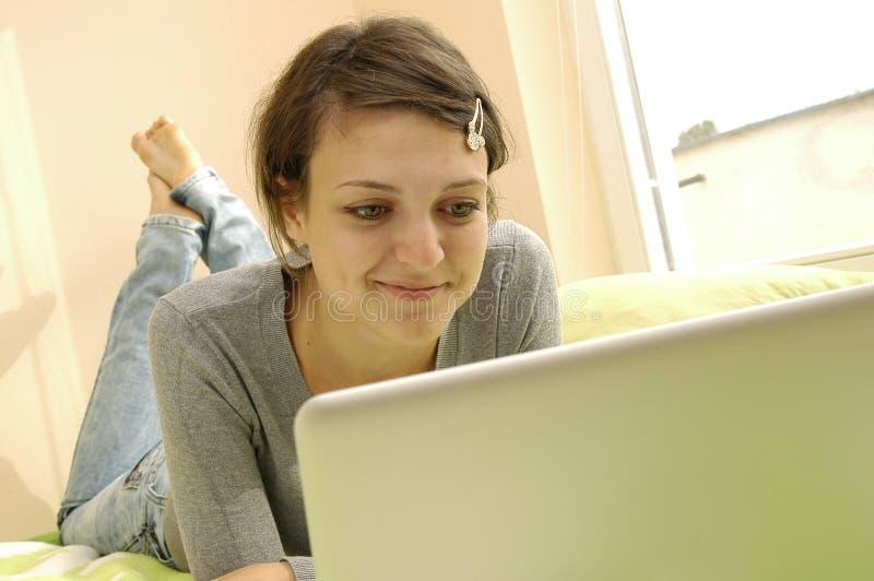 Muchacha joven del estudiante con la computadora portátil imagen de archivo libre de regalías