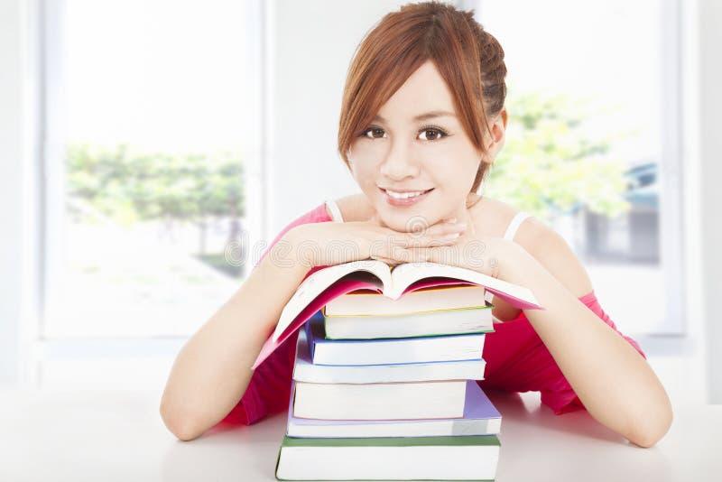 Muchacha joven del estudiante con los libros foto de archivo