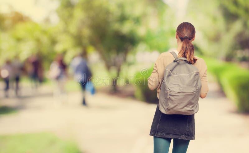 Muchacha joven del estudiante en campus imagen de archivo libre de regalías