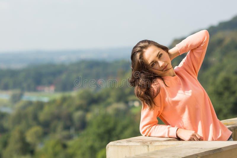 Muchacha joven del gute que presenta para el fotógrafo al aire libre fotos de archivo