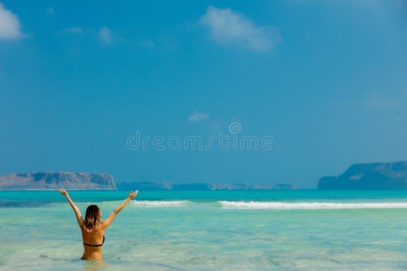 Muchacha joven del pelirrojo en bikini negro en la playa de Balos fotografía de archivo libre de regalías