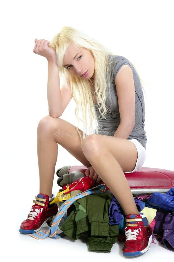 Muchacha joven del recorrido de la manera que cierra la ropa llena sui foto de archivo