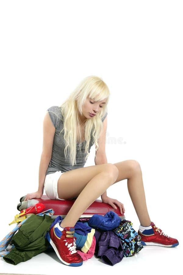 Muchacha joven del recorrido de la manera que cierra la ropa llena sui imagen de archivo