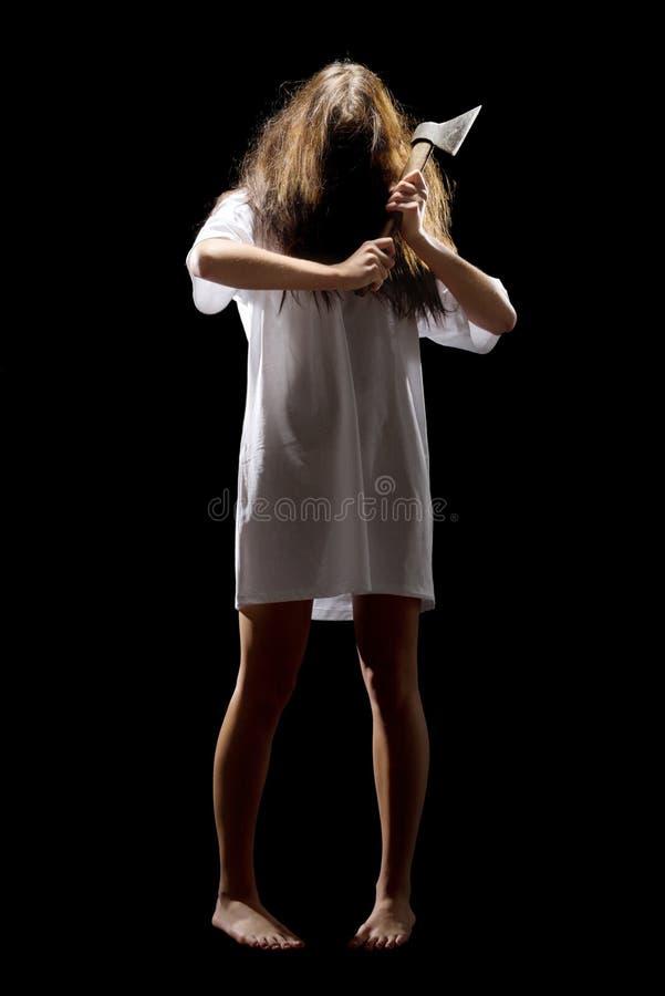 Muchacha joven del zombi con el hacha foto de archivo
