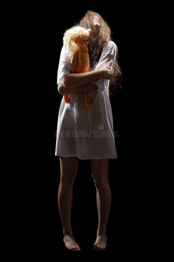 Muchacha joven del zombi con la muñeca foto de archivo libre de regalías
