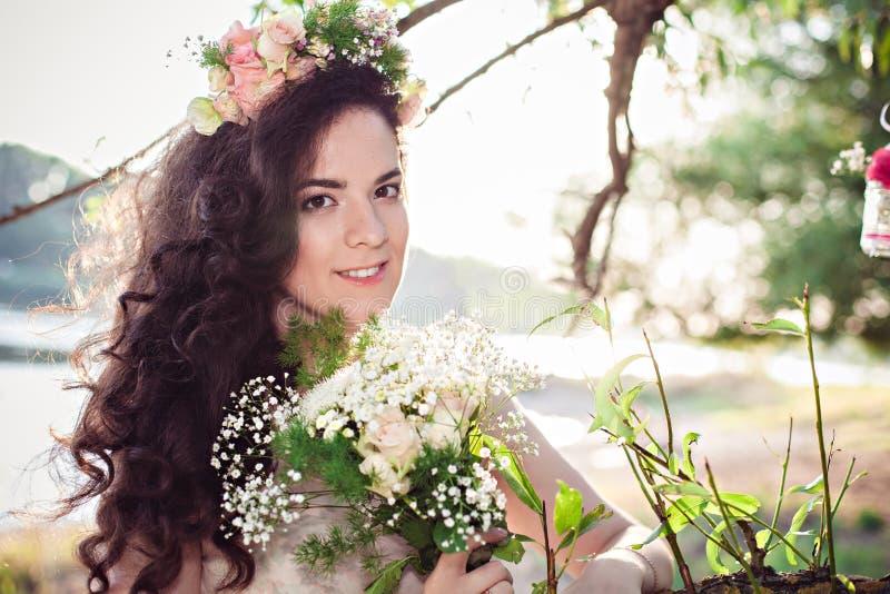 Muchacha joven hermosa del boho con las flores imagenes de archivo