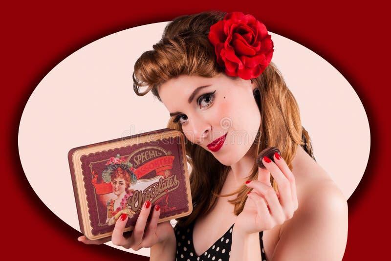 Muchacha joven hermosa del perno-para arriba que disfruta con en los dulces del caramelo de chocolate foto de archivo libre de regalías