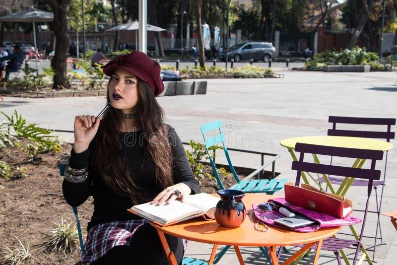 Muchacha joven inspirada del inconformista en el la Condesa, Ciudad de México imagenes de archivo