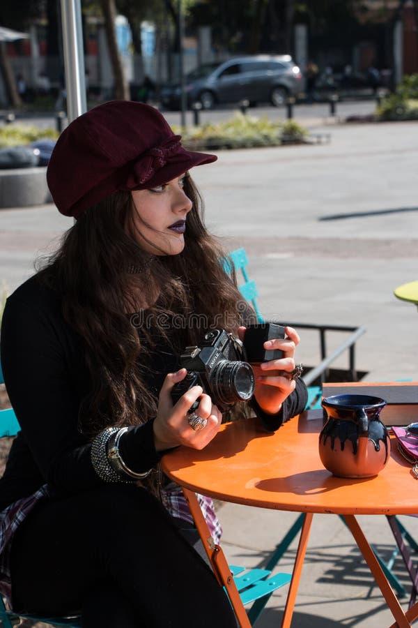 Muchacha joven inspirada del inconformista en el la Condesa, Ciudad de M?xico fotografía de archivo