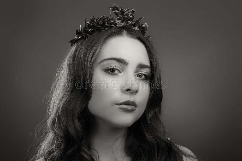 Muchacha joven y hermosa de una manera elegante fotografía de archivo