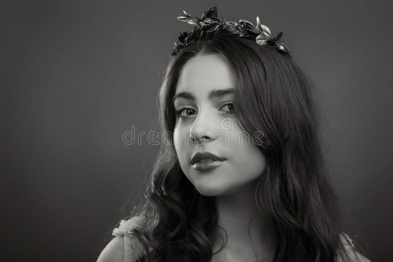 Muchacha joven y hermosa de una manera elegante imagen de archivo libre de regalías
