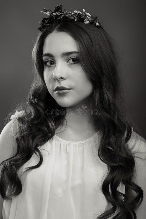 Muchacha joven y hermosa de una manera elegante imágenes de archivo libres de regalías