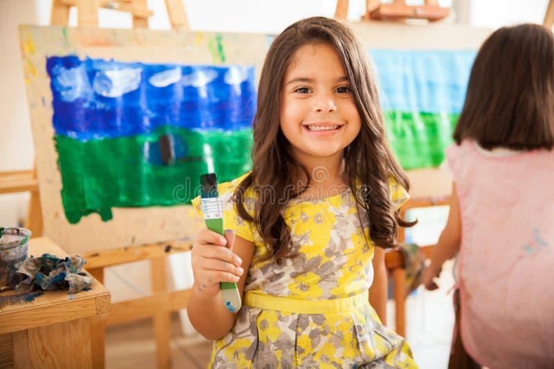 Muchacha latina feliz en clase de arte imágenes de archivo libres de regalías