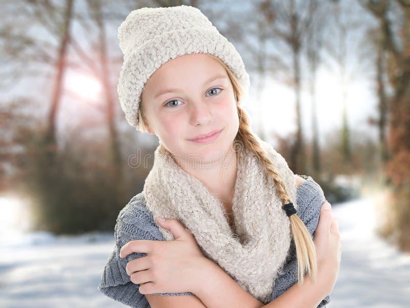 Muchacha linda al aire libre en paisaje del invierno con la trayectoria de bosque nevada fotos de archivo libres de regalías